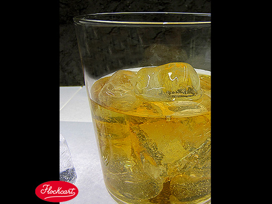 Drink Ice Cube annegato in vero Whisky
